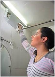 Проверка тяги вентиляции при помощи бумаги
