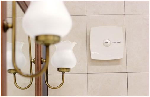 Вентилятор на стене ванной