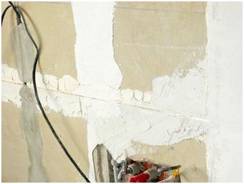 Стена во время ремонта