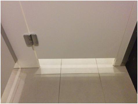 Проем между полом и дверью