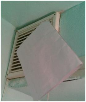 Лист бумаги возле вентиляционного отверстия