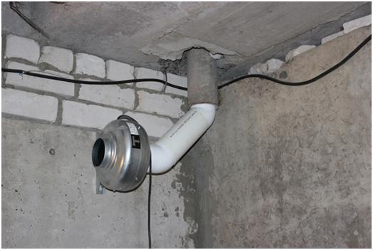 Вытяжная труба вмонтирована в потолок