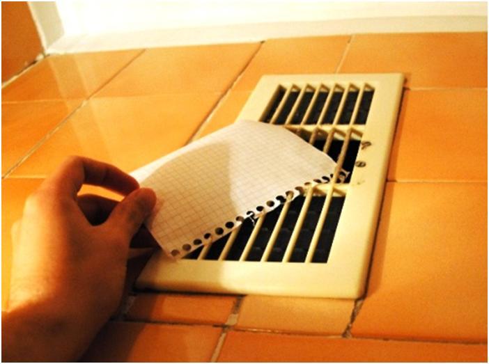 Бумажный лист рядом с вентиляционным шлюзом