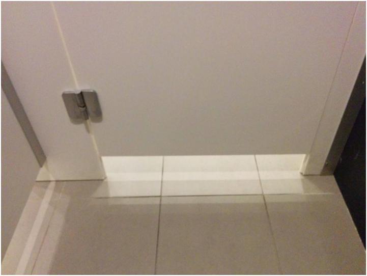Промежуток между полом  и дверью