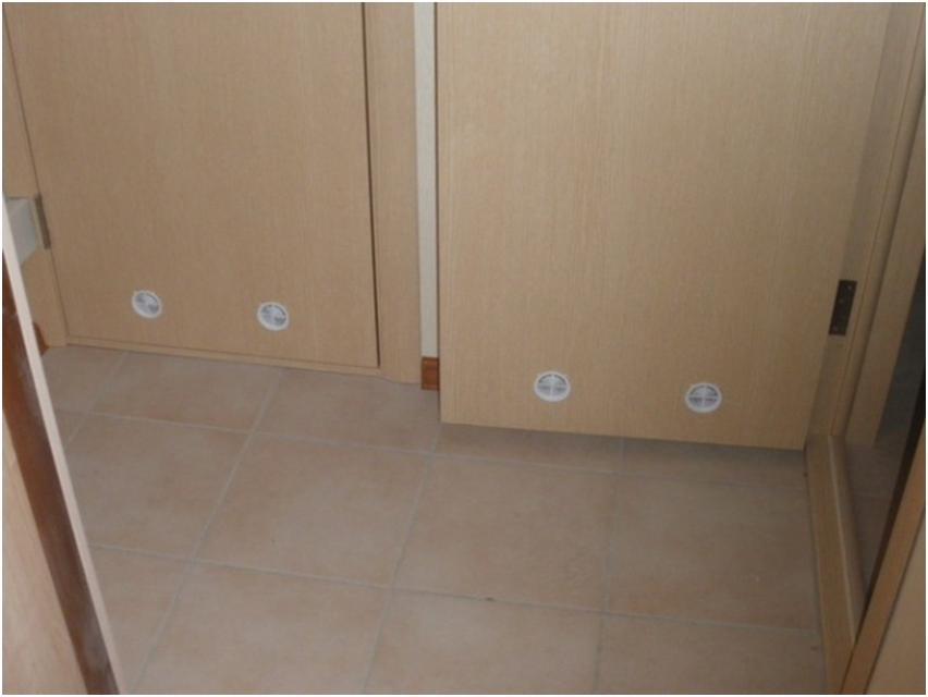 Двери с вентиляционными отверстиями для притока