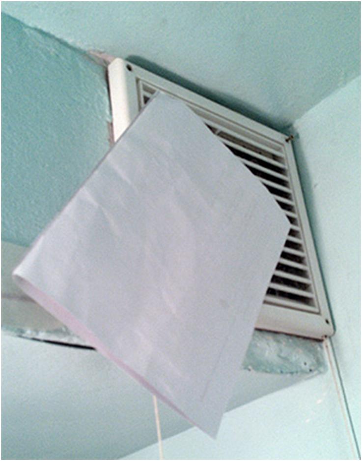Лист бумаги рядом вентиляционным отверстием