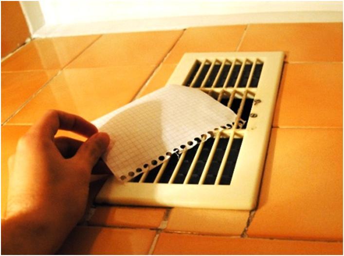 Бумажный лист возле вентиляционной решетки