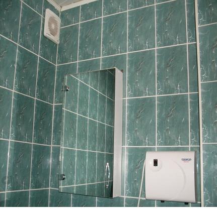 Вытяжка на стене в ванной комнате