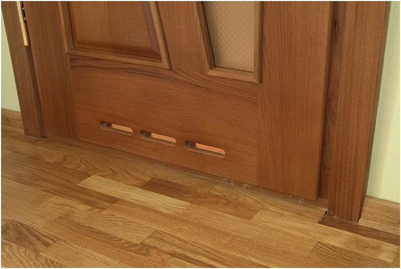 Дверь с отверстиями для вентиляции